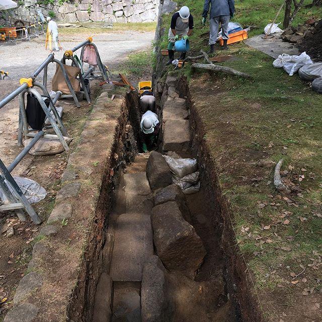 発掘調査 in 福岡城址遺跡の発掘調査って、すんごく頭の良さそうな若い人たちがやっているもんだと思っていたけど、ここでやっていた人たちは、普通の工事現場にいそうなオッサンばかりで、学者っぽい人が監督とかもしていなかった。遺跡の発掘ってそんなもんなん?