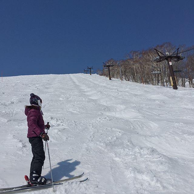 ニセコグランヒラフ.モーグルバーンで苦戦中。.今シーズンは連続で2日以上滑ったことすら無いのに、今日で4日目。.当たり前のように体が動かない。なんとかごまかして滑ろうとするので上手く滑れない。.まあ、抜けるような晴天が救い。