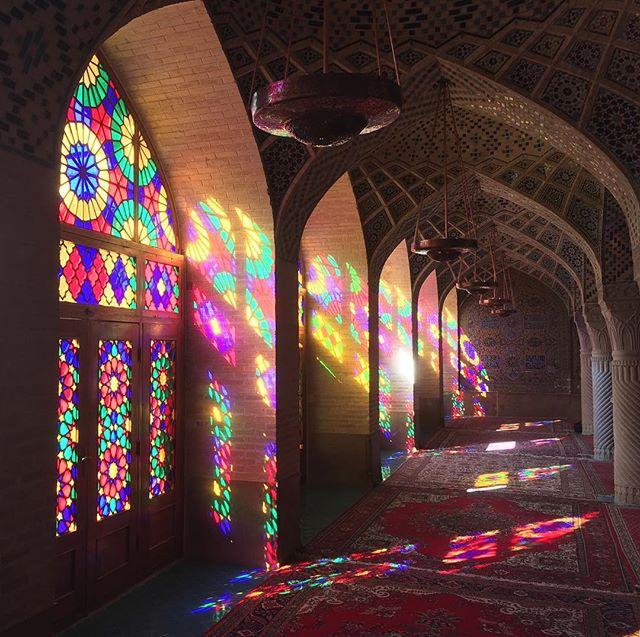 I am at Pink mosque in Shiraz.イラン・シーラーズのピンクモスクにいます。この景色にうっとり。これだけ見ればゆったりとした時間が流れてそうですが、実際は観光客がいっぱいで殺気立った撮影会状態。写真には写らない現実。